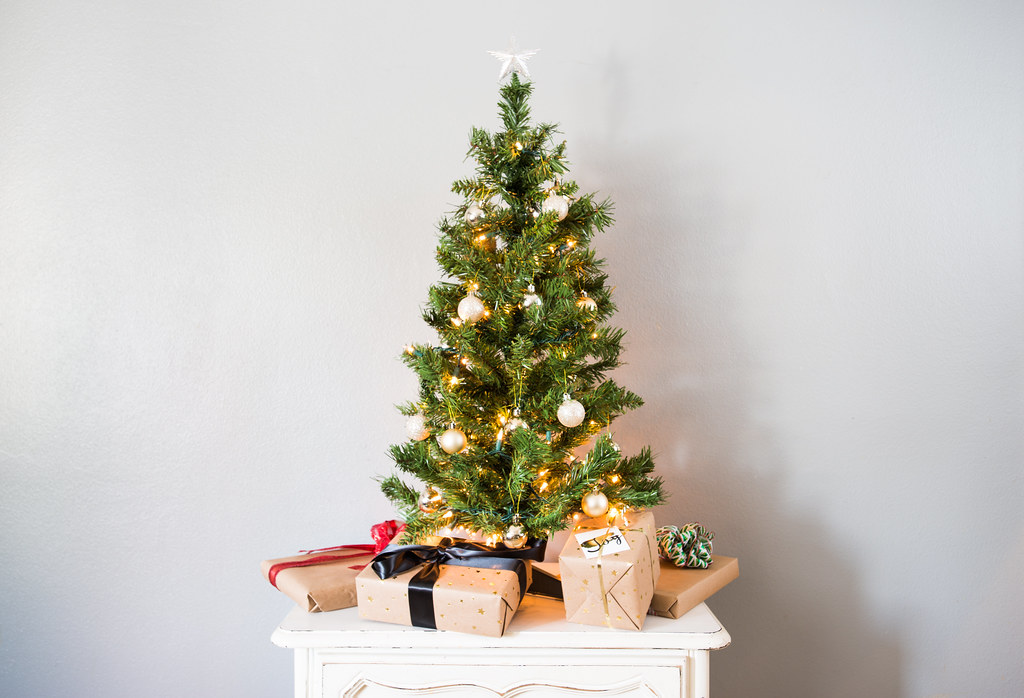 Small Decorated Artificial Christmas Tree With Presents Flickr