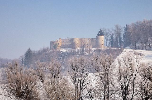 Kaštel Novigrad na Dobri nakon dizanja jutarnje magle