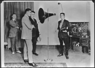 Heavyweight champion Jack Dempsey speaks into a microphone of Marconi YC3 unit at Station CFCF, Montréal, Quebec / Jack Dempsey, champion poids lourds, parle au microphone d'une radio Marconi YC3 à CFCF, Montréal (Québec)