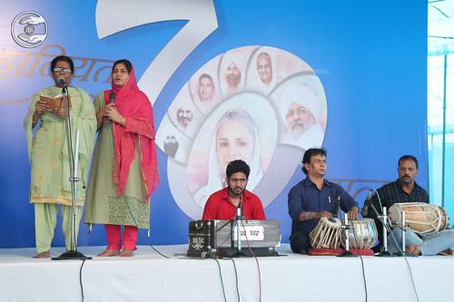 Devotional song by Manju and Saathi from Saket, Delhi
