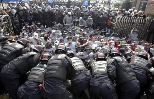 圖05.韓國警察包圍罷工示威者,與其對峙。