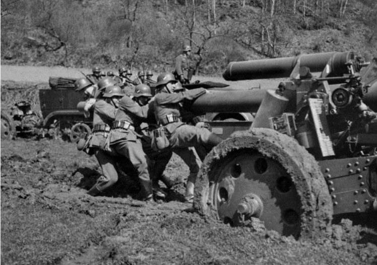 German soldiers attempting to push a 15 cm sFH 18 150mm heavy howitzer