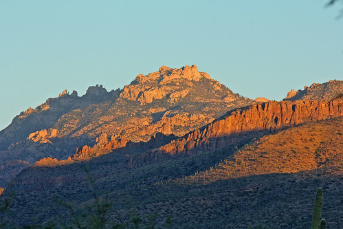 tucsonarizona sonorandesert desert mountains santacatalinamountains arizona arizonamountains sunrise sunrisecolors rocks