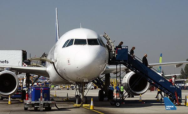 LAN A320 pasajeros desembarcando (RD)