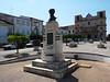 Vila Viçosa – Praça da República, pomník malíře Henrique Pousãa, foto: Petr Nejedlý