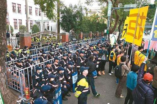 圖02.一例一休「勞基法」昨天三讀;立院內外上千警力以人牆與圍籬設置三道防線,防止抗爭群眾翻牆進入立法院。(1061206)
