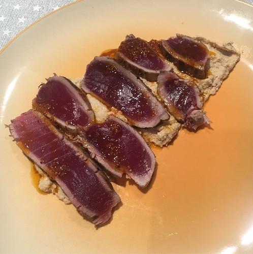 tataki de atún con hummus de almendras para chuparse los dedos #menúpatrocinadoporelcomidista #graciasportantoelcomidista   by Lady Madonna