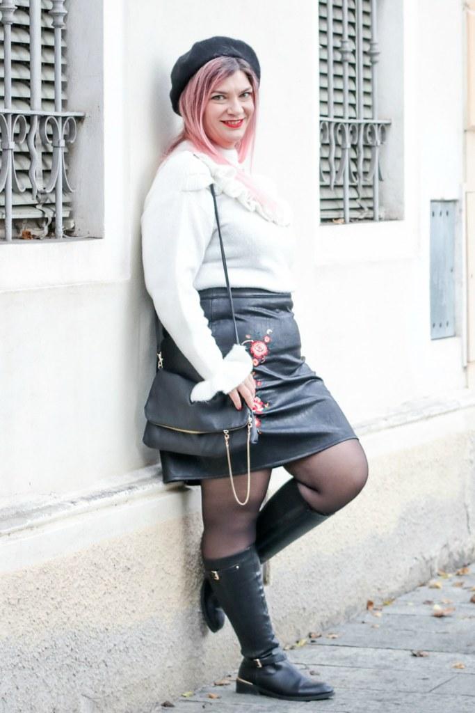 Outfit plus size rosso bianco e nero, maglione con balze e