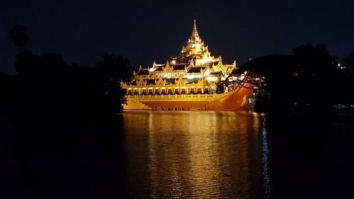 Karaweik Palast im Kandawgyi-See von Yangon