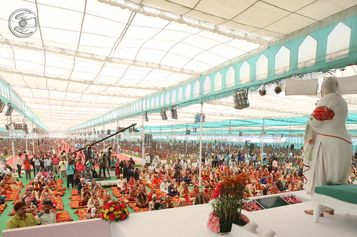 Arrival of Her Holiness Satguru Mataji on the dais