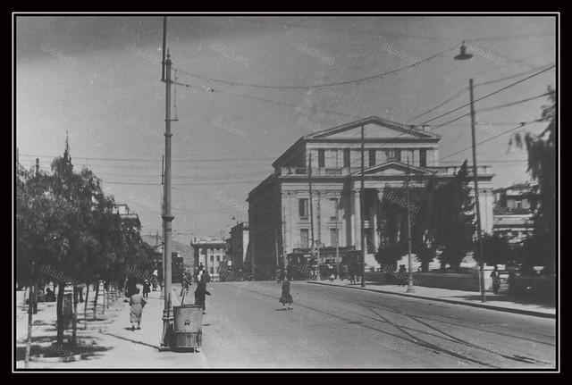 Πειραιάς, Γερμανική Κατοχή, 1941-1944. Η λεωφόρος Βασιλέως Γεωργίου και το Δημοτικό Θέατρο.