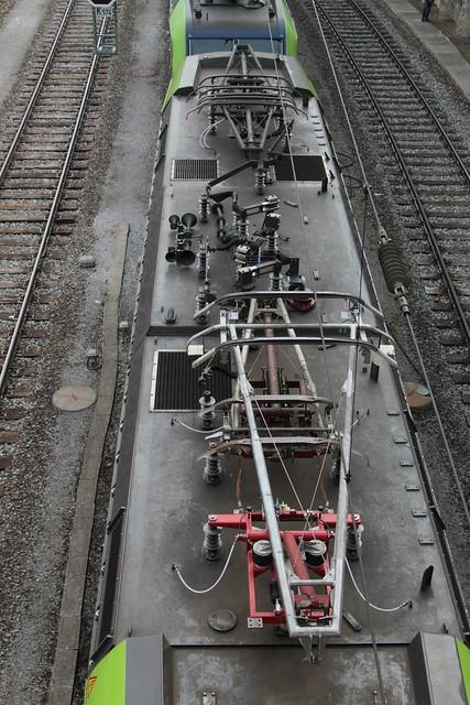 Dachansicht der BLS Lötschbergbahn Lokomotive ... am Bahnhof Spiez im Berner Oberland im Kanton Bern der Schweiz