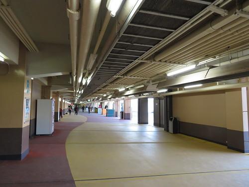 船橋競馬場スタンド1階のコンコース