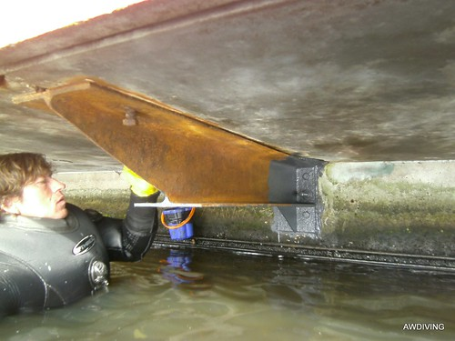 Onderhoud of reparatie op de waterlijn duikbedrijf AWDIVING.