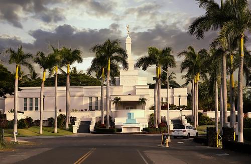hawaii kailuakona konahawaiitemple churchofjesuschristoflatterdaysaints church temple templework families palmtrees landscape building nearsunset lateafternoon clouds wyojones np