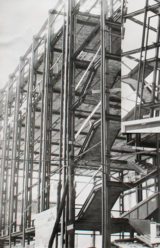 15 octubre 1963 [1] - Empieza la última fase. Ladrillo y cemento van distinguiendo las tribunas, escaleras, plantas...