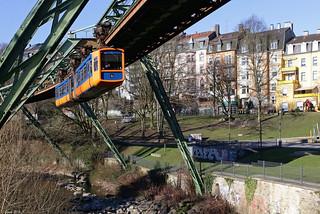 Schwebebahnwagen 4 erreicht die Haltestelle Loher Brücke in Wuppertal, 14.02.2018