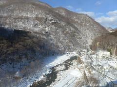 駅(車内)から眺める鬼怒川 右手の建屋は五十里ダムの発電所