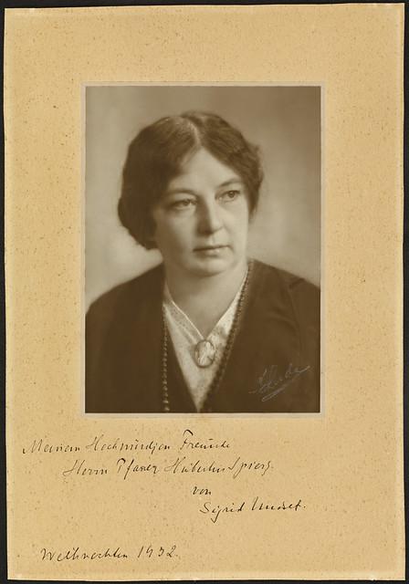 Portrett av forfatter Sigrid Undset (1882-1949)