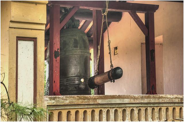 2108-LA CAMPANA (2.000.- kILOS) EN LA PAGODA DE THIEM MU - HUE - VIETNAM -