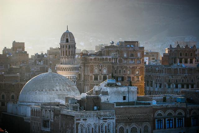 Yemen: mosquée et maisons-tours dans le vieux Sanaa.
