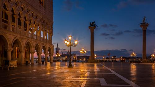 venice venedig italy italien stmark´ssquare markusplatz sunrise sonnenaufgang streetlight strasenlampe spring bluehour blauestunde bluesky orange sanmarco