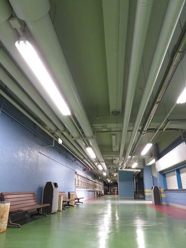 船橋競馬場のスタンド4階のパイプとか
