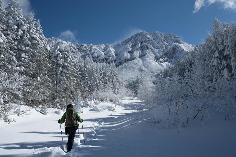 正面に冬の赤岳