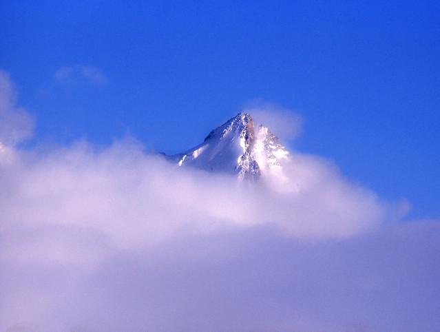L'Evêque (3.716 m) dans les nuages