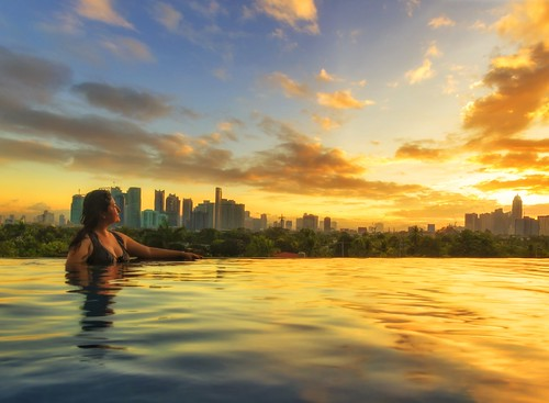 amazingsunrise sunlight waterreflections discoveryprimea hotelresorts infinitypool beautifulsky beautifuldestinations beautifullight makaticity ayalacenter