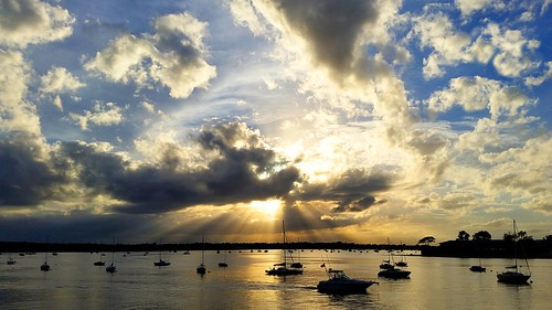 portwashingtonny longisland nassaucounty northshore newyork cowbay towndock manhassetisle manhassetbay clouds sky sunset sunbeams sunrays sunny sunlight goldenhour boats water reflection landscape sailboats scenic outdoors bright spectacular magical magichour port