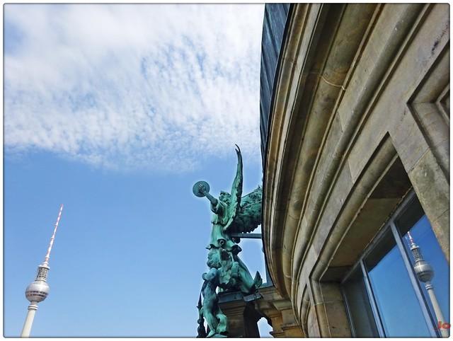#Engel auf dem #Berliner #Dom #Fernsehturm #Fotografie #Stadtfotografie #Skulpturen #Bauwerke