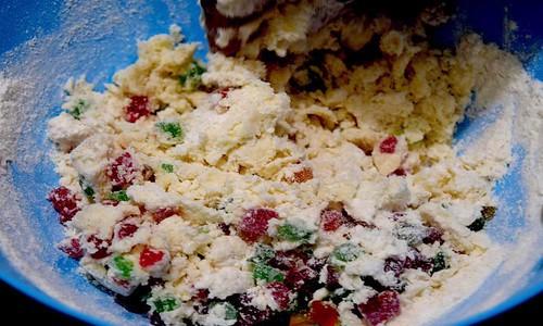 Tutti frutti with flour