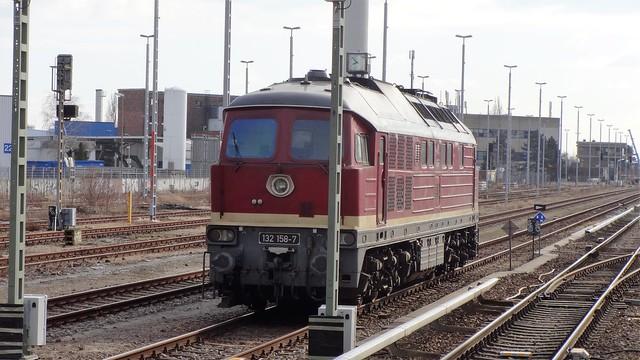 1974 Ludmilla genannte schwere dieselelektrische Lokomotive 132 158-7 von Lokomotivfabrik Woroschilowgrad (Lugansk) für Deutsche Reichsbahn S-Bahnhof Marienfelde in 12249 Berlin