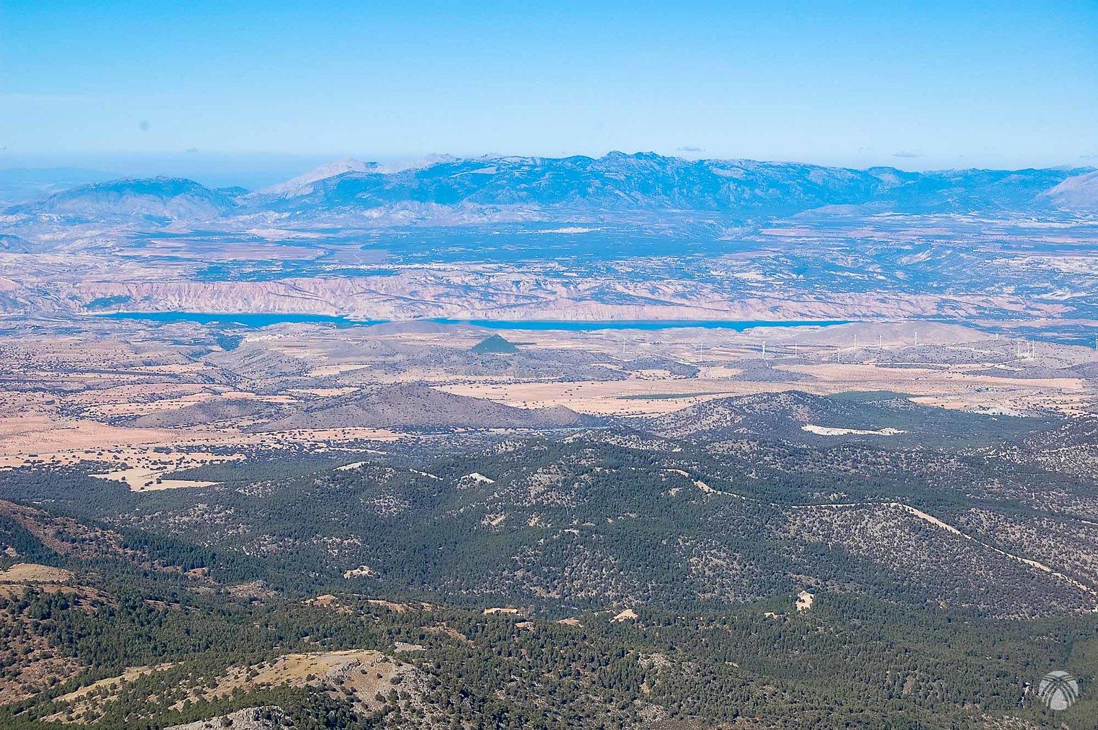 Al fondo embalse del Negratín y las crestas del Pozo y Cazorla