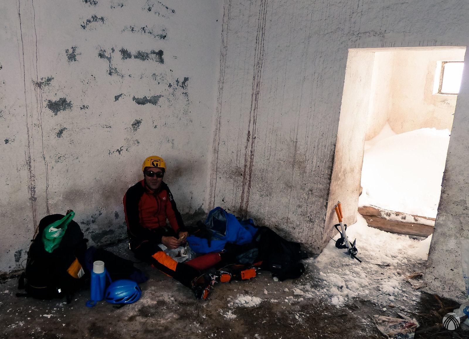 Almorzando en el refugio de la cumbre del Buitre