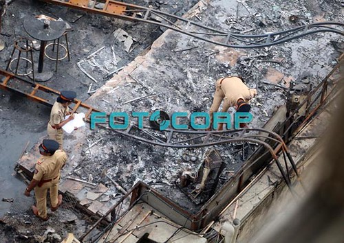 Kamala Mills Compound, Mumbai, broke out shortly after midnight on the third floor of the four-storeyed building #mumbai #mumbaifire #fire #majorfire #massivefire #kamalamills #mumbaipolice #police #pubs #mojos #1above