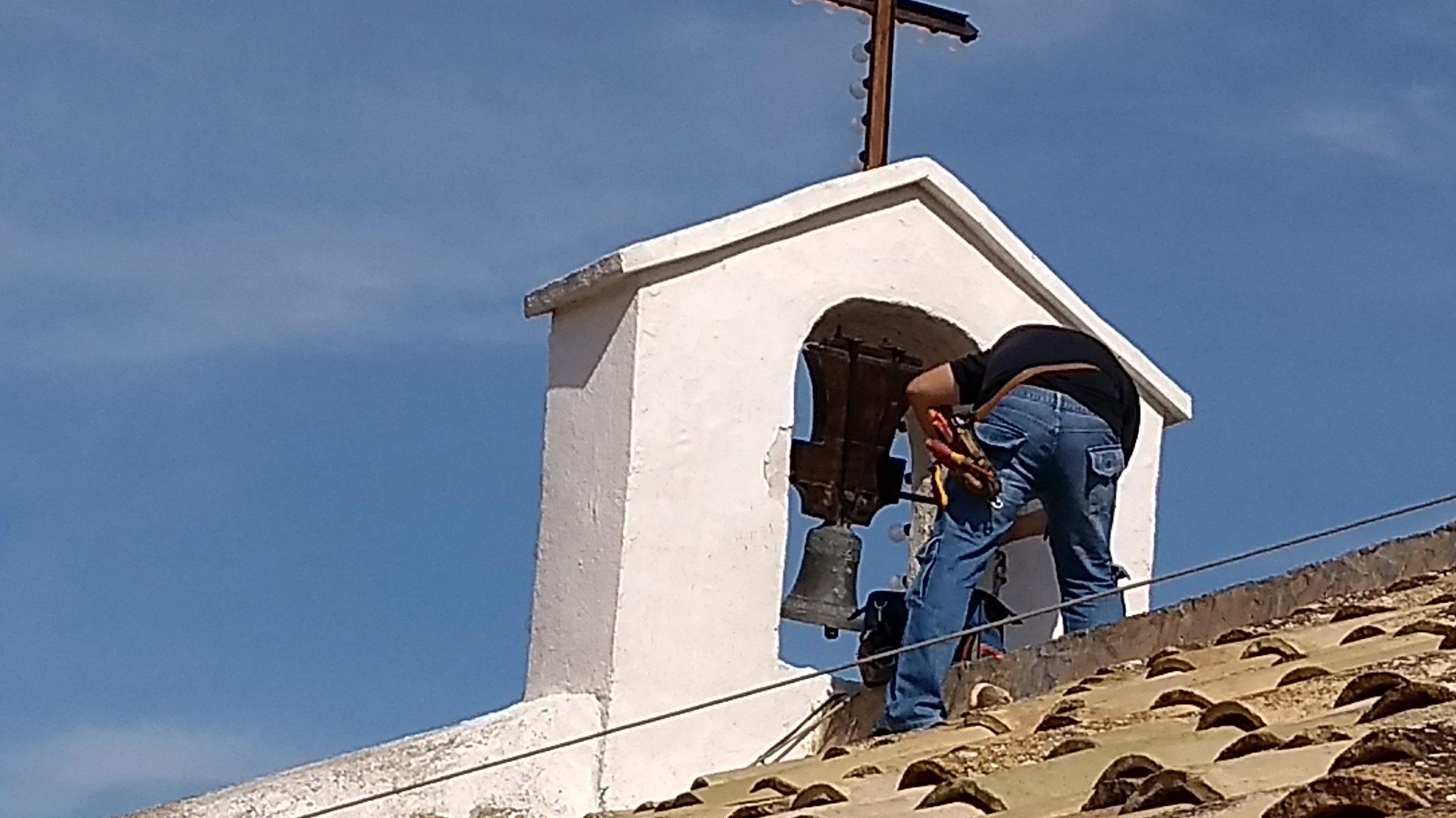 (2017-06-10) Colocación pancarta ermita y engrasado de campana (José Vicente Romero) (3)