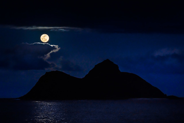 supermoon over mokulua islands oahu hawaii nikon d850 _BHB7925