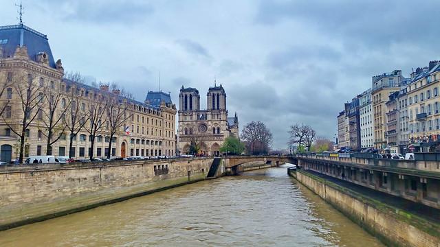 74-Paris décembre 2017 - la Seine et Notre-Dame de Paris depuis le Pont Saint-Michel