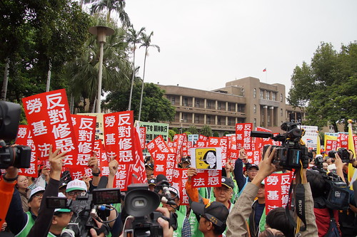圖1.2017年11月09日,含全國產業總工會及其會員工會、各地方縣市產業總工會、團結工聯等聚集行政院前,召開記者會表達強烈反對政府修惡勞基法