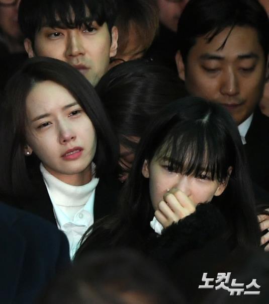 Taeyeon at Jonghyun's funeral   She cried a lot  Pray for Jo
