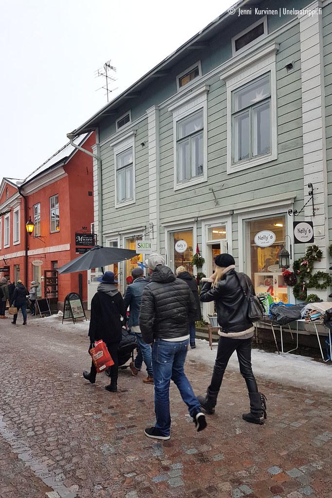 Ihmisiä kadulla Porvoon vanhassakaupungissa