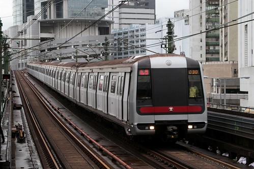 Northbound train arrives at Kwai Fong station