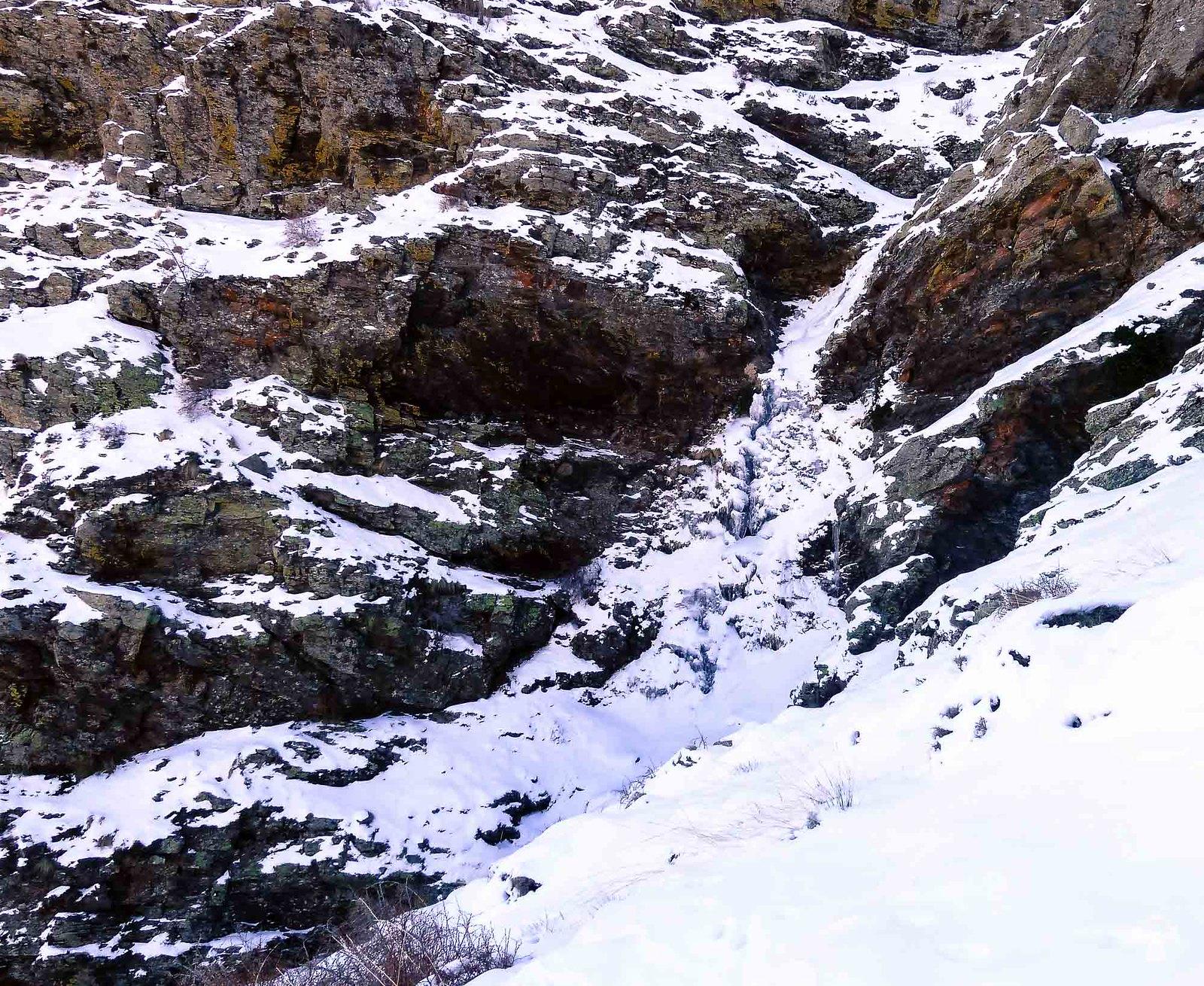 La cascada más grande está sin formar y nos obliga a buscar un paso lateral