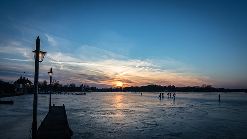 bluehour bevroren zonsondergang sunset frozenlake lake freezing skating schaatsen paterswoldemeer groningen vrieskou ijs meer paterswolde
