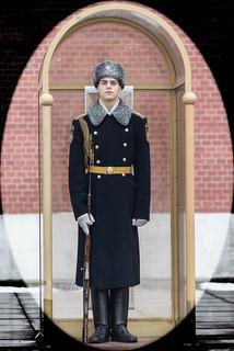 Soldado de guardia en el monumento al soldado desconocido. Moscú