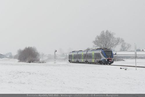 treni ferrovie neve nevicata gelo bianco minuetto diesel livrea nuova blu blue train md 053 md053 md53 aln501 aln502 ln22 aln501053 aln502053 aln501502 aln501502053 linea secondaria novarabiella biellanovara alberi cartello passaggio livello avviso pl segnale