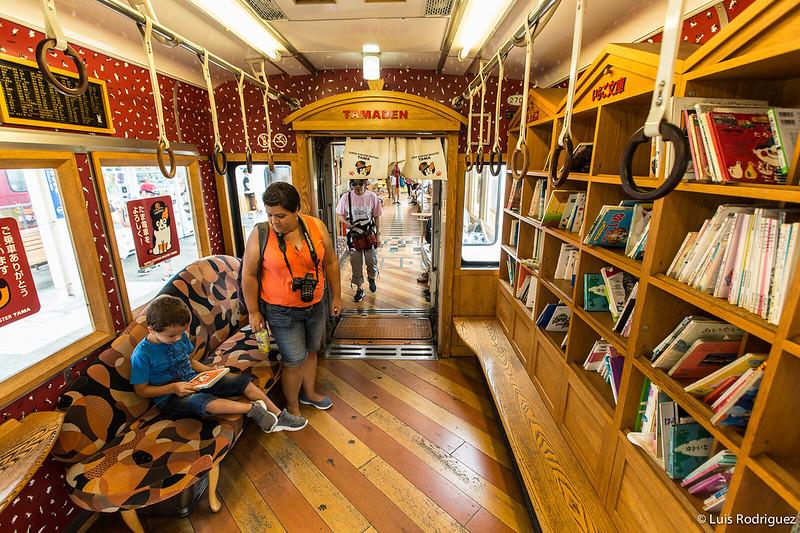 Interior del Tamaden, un tren con decoraciones de gatos