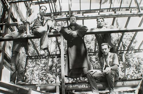 Hombres con soplete [1] - El arquitecto piensa y dibuja. Pero estos hombres, con soplete, grúas, trócolas, lo hacen realidad. Es obra suya.